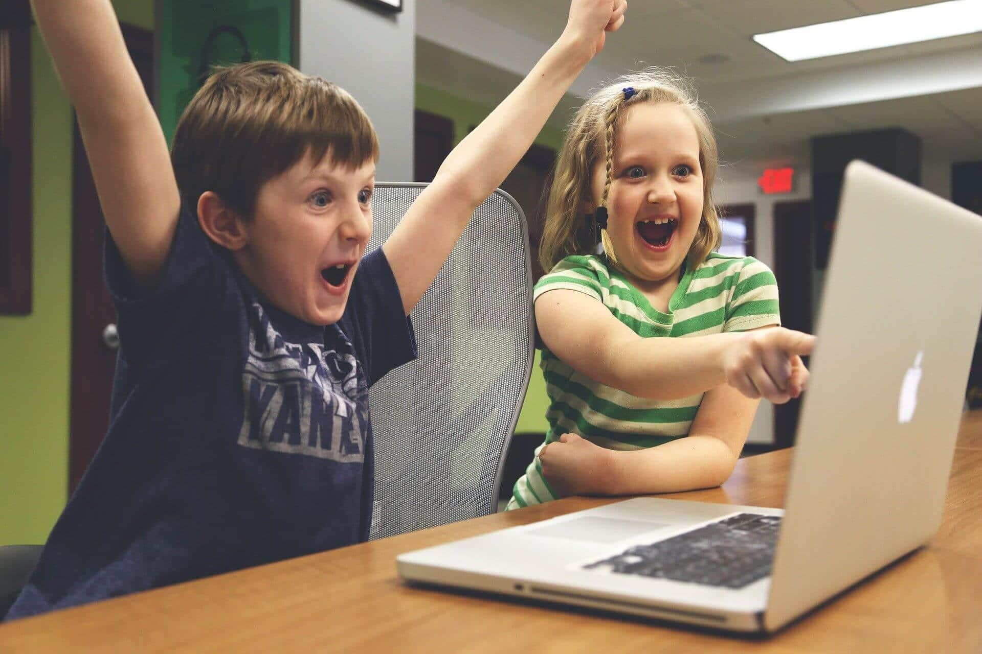i pericoli del pubblicare le foto dei figli su social media